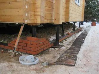 Как заделать свайный фундамент для деревянного дома?