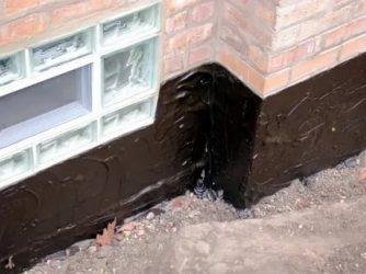 Чем покрыть фундамент дома снаружи от влаги?